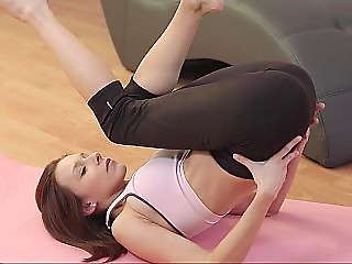 Flexible yoga hoe flaunts her sensual prowess